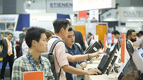 Para pengunjung mencoba komputer tablet