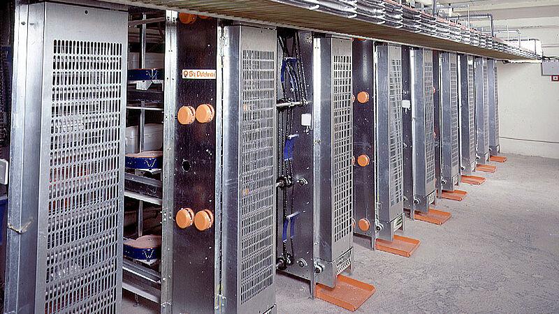 Produksi telur yang lebih efisien dengan lift untuk pengumpulan telur di tiap-tiap kandang unggas
