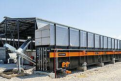 Kontainer panjang dengan dua konveyor pengantar yang terletak di sisi kiri