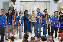 Penyerahan telur secara simbolis oleh staf PT BD Agriculture Indonesia kepada pengurus panti asuhan